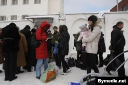 Чарга людзей зь перадачамі каля турмы на вуліцы Акрэсьціна ў Менску. Сьнежань 2010 году