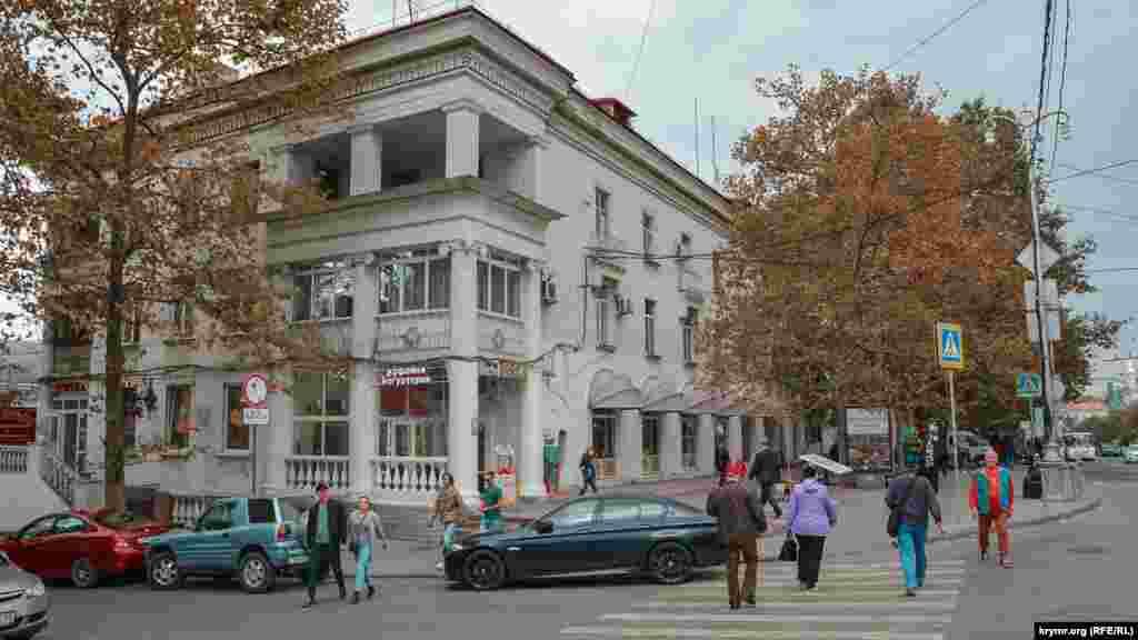 Триповерхова будівля на площі Лазарева, в якій протягом кількох десятиліть розташовувався магазин «Золотой ключик»