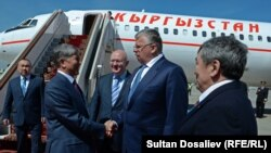 Қырғызстан президенті Алмазбек Атамбаевтың (сол жақта) Мәскеуге келген беті. 7 мамыр 2015 жыл