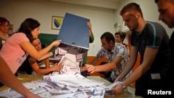 Подсчет голосов на избирательном участке в Боснии и Герцеговине