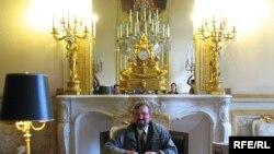 Аўтар за сталом, за якім Напалеон Банапарт падпісаў адрачэньне ад улады імпэратара Францыі