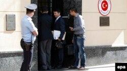 Российский полицейский у посольства Турции в Москве. Иллюстративное фото.
