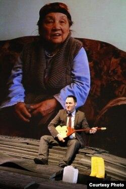 Сцена из спектакля немецкого режиссера Штефена Кэги «Проба грунта в Казахстане». Ноябрь 2012 года.