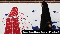 Frescă pe zidul fostei ambasade SUA din Teheran.