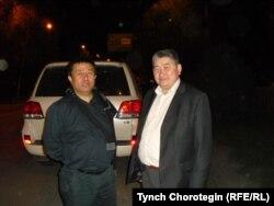 Чыныбай Турсунбеков (солдо) жана Тынчтыкбек Чоротегин Бишкек шаарында. 24.4.2020.