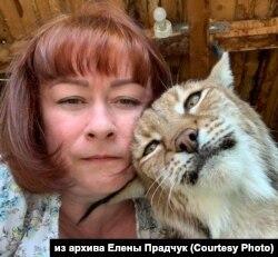 Елена Прадчук с рысью, спасенной в приюте