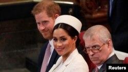 Принц Эндрю (справа), рядом с герцогиней и герцогом Сассекскими, март 2019 года.