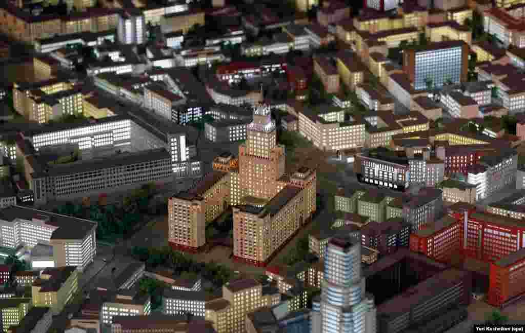 Здание на площади Красных Ворот – одна из семи сталинских высоток. Макет насчитывает более 20 тысяч миниатюрных копий реальных зданий.