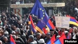Armenia - An EU flag waved during an opposition rally in Yerevan, 1Mar2014.