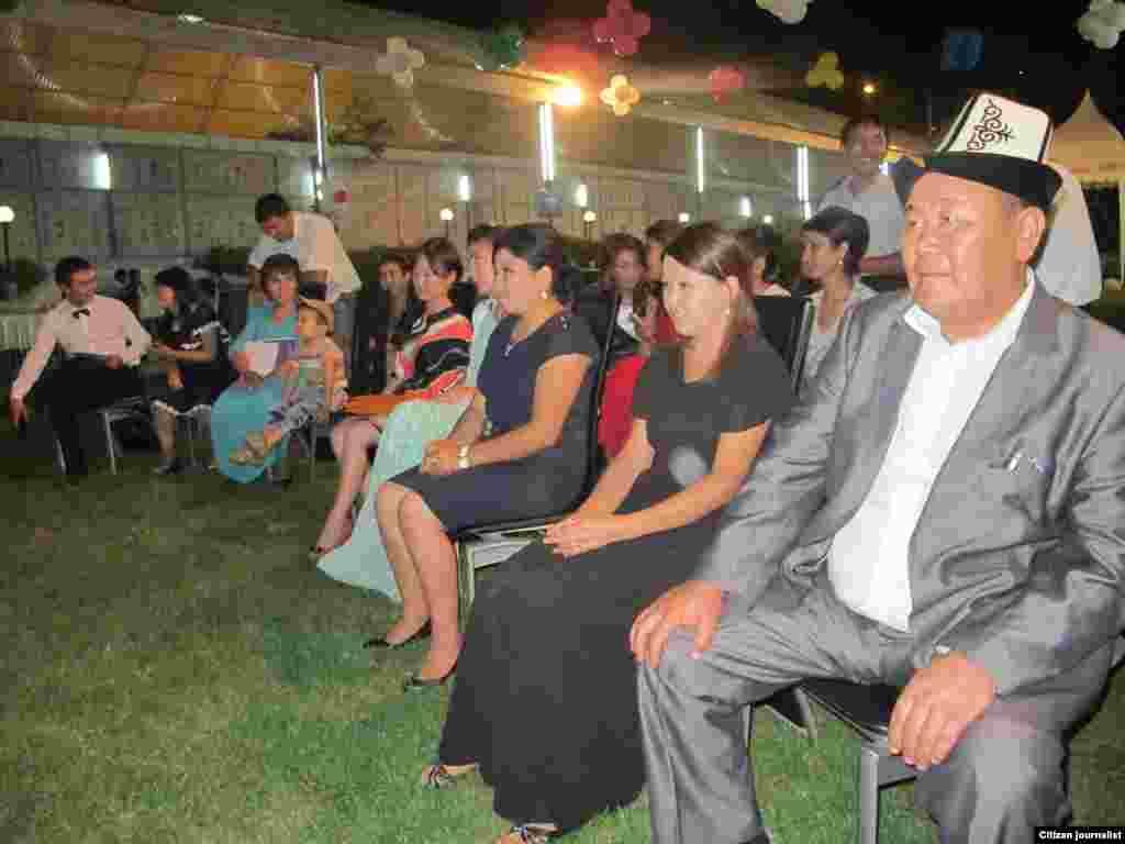 "Таир Турсуналиев (крайний справа), сотрудник ""Интернью-Кыргызстан"" в Оше"