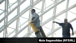 დასუფთავების პროცესი პარლამენტის შენობაში