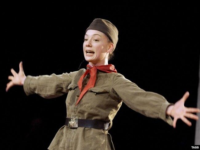 Чулпан Хаматова в спектакле Кирилла Серебренникова