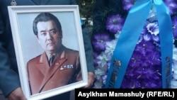 Портрет Закаша Камалиденова на его похоронах. Алматы, 10 мая 2017 года.