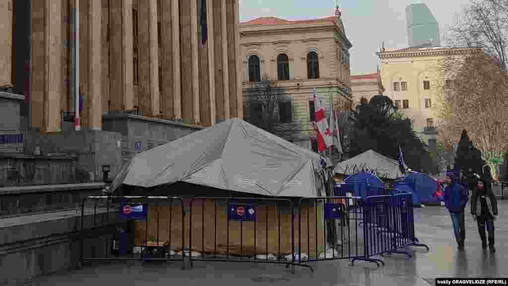 Georgia -- Tbilisi Civil war 92 then and now 02