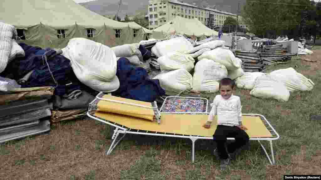 Ребенок в недавно открытом лагере для беженцев в Цхинвали, 12 августа 2008 года