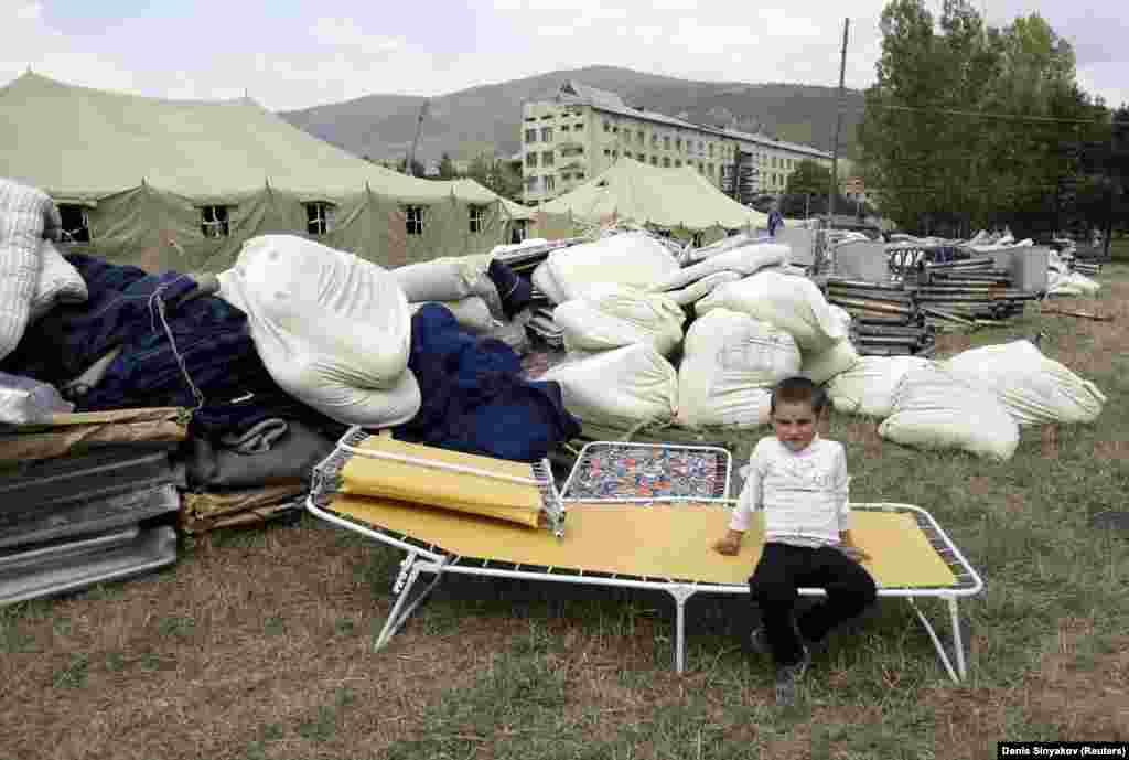 Ребенок в недавно открытом лагере для беженцев в Цхинвали. 12 августа 2008