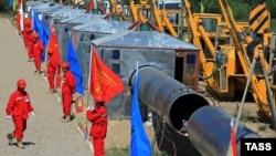 На церемонии открытия газопровода из Казахстана в Китай. 9 июля 2008 года.