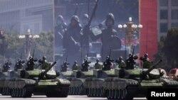 Кытай боштондук армиясынын танктары КЭРдин 60 жылдыгына арналган Тянанмен аянтындагы парадда. Бээжин. 1-октябрь, 2009