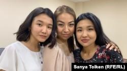 Слева направо: Айгерим Мухамеджанова, Алия Избасарова и Акбота Алжанова после предыдущих апелляционных слушаний в суде. Нур-Султан, 11 июля 2019 года.