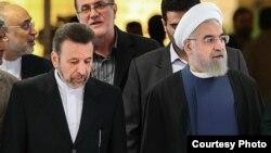 حسن روحانی (سمت راست) رئیسجمهوری ایران همراه با محمود واعظی، رئیس دفترش.