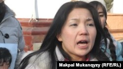 Активистка организации «Рух пен тил» Инга Иманбаева выступает на акции протеста против проведения референдума по продлению полномочий президента Казахстана. Алматы, 11 января 2011 года.