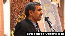 محمود احمدینژاد در مشهد گفته است که ثروت مدیران دولت او «یک صدم یک نفر از افراد دولت جدید نمیشود».