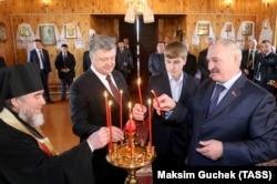 Петро Порошенко та Олександр Лукашенко з сином Миколою у церкві