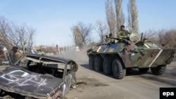 Українські військовослужбовці на бронетранспортері на КПП біля Дебальцевого, 4 листопада 2014 року