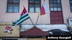 Южная Осетия, определившись со своим статусом независимого государства, уже с ним не расстанется. И то, что она вводит в свой круг новые республики, наверное, указывает: они сделали такой же выбор и отказываться от него не намерены