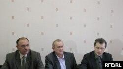 Валеры Ўхналёў, Анатоль Ляўковіч, Анатоль Лябедзька на прэсавай канфэрэнцыі.