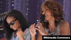 Ուիթնի Հյուսթոն և Բոբի Քրիստինա Բրաուն (ձախից), 2009թ․