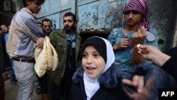 Sirijci ispred pekare u Alepu