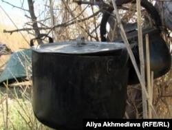 Қаратал өзенінен балық аулағандардан қалған ыдыс-аяқ. Алматы облысы, 15 мамыр 2013 жыл