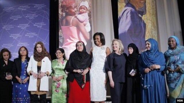 Зін Мар (другая зьлева) — сярод ляўрэатак міжнароднай жаночай прэміі «За мужнасьць». У цэнтры — першая лэдзі ЗША Мішэль Абама і дзяржсакратар Гілары Клінтан, 2012 год