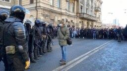 ОМОН и протестующие на улицах Владивостока