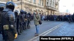 ОМОН и протестующие на улицах Владивостока.