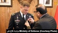نصب مدال و قدردانی از خدمات جنرال براین مانیس توسط سرپرست وزارت دفاع افغانستان