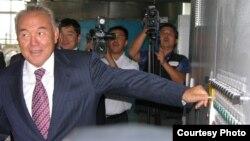 """Президент Казахстана Нурсултан Назарбаев запускает завод """"Биохим"""". Город Тайынша Северо-Казахстанской области, сентябрь 2006 года."""