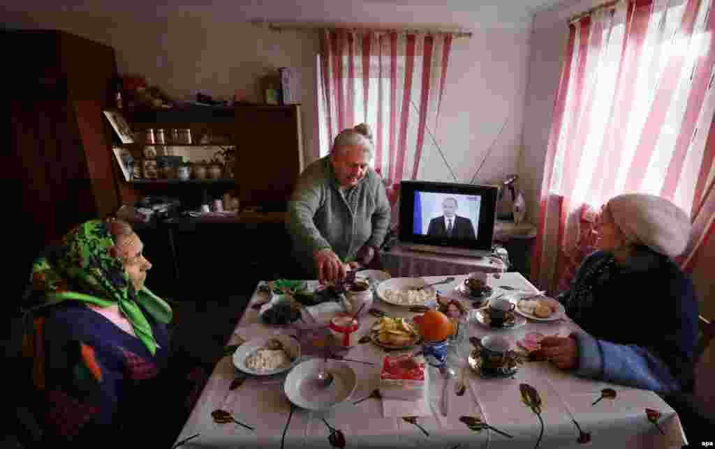 Жители Симферополя смотрят послание Владимира Путина Федеральному собранию России