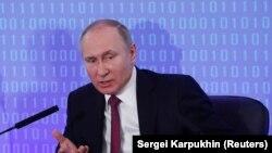 Орусиянын президенти Владимир Путин Орусиянын өндүрүшчүлөр жана ишкерлер биримдигинин жыйынында сүйлөп жатат. Москва, 9-февраль, 2018-жыл.