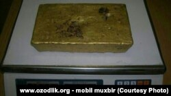 A 13-kilogram gold brick found in the sewerage system of Qoqon.