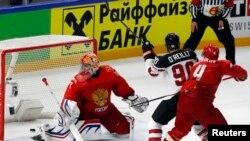 Канадский хоккеист Кэл О'Райли забивает победный гол
