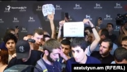 Протестующие считают, что экс-президент Армении Роберт Кочарян является преступником