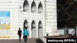 Орталық мешіттің сыртына орнатылған бейнекамера. Алматы, 19 қыркүйек 2012 жыл.