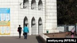 Люди идут рядом с Центральной мечетью Алматы. Иллюстративное фото.