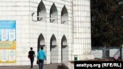 Одна из наружных камер, установленная в центральной мечети. Алматы, 19 сентября 2012 года.