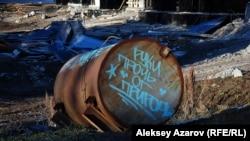 «Көкжайлау» тау шаңғысы курортына арналған қосалқы электр станциясы құрылысы орнында жатқан, «Тарт қолыңды табиғаттан» деген жазуы бар цистерна. Алматы, 25 қазан 2015 жыл.
