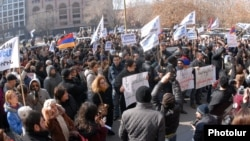 Armenia - A demonstration against controversial pension reform outside a government building in Yerevan, 6Feb2014.