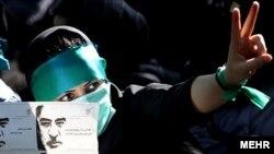 یکی از معترضان به نتیجه انتخابات ریاست جمهوری، در راهپیمایی گسترده روز سهشنبه