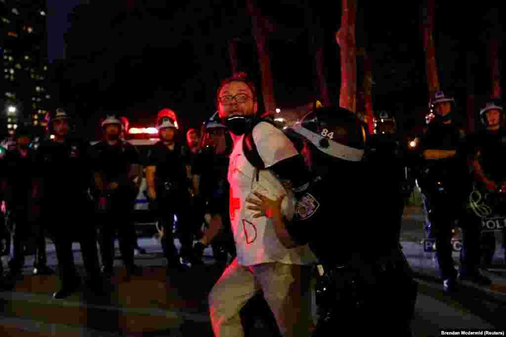 Правоохоронці тримають чоловіка під час протесту у зв'язку зі смертю афроамериканця Джорджа Флойда. Нью-Йорк, Бруклін. 3 травня 2020 року (Фото REUTERS/Brendan Mcdermid)